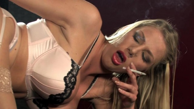 Sex machine - Machine fucks blonde while she smokes Video thumb #5