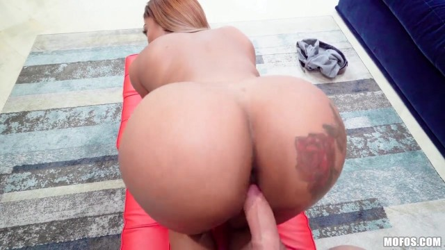 Moriah Mills knows how to use her big black booty